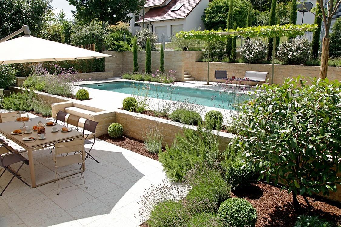 Biotop - Living-Pool dans un jardin méditerranéen en terrasse